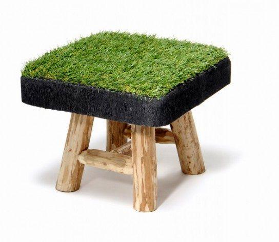 низкий табурет с травяным покрытием