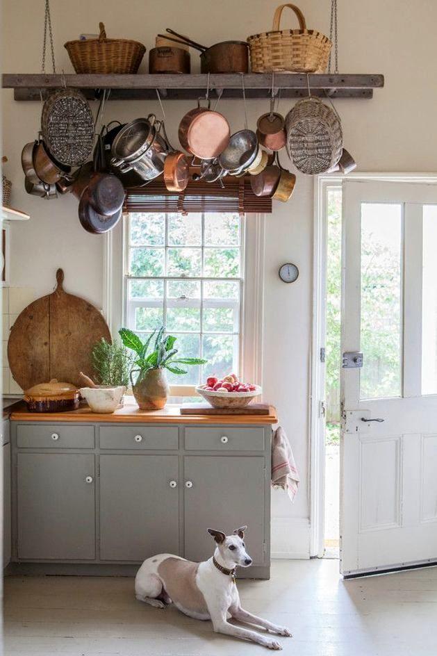 лестница как хранение сковородок на кухне