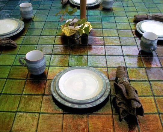 стол со столешницей их термоплитки, меняющей цвет