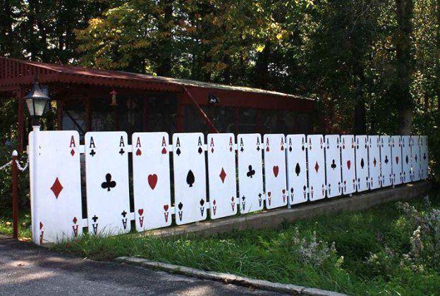 забор-игральные карты своими руками