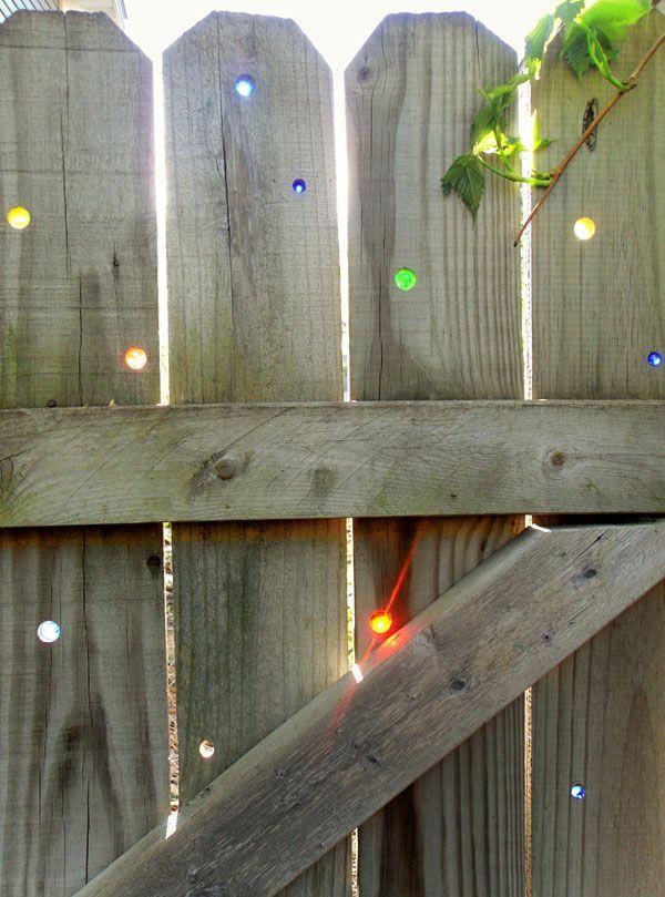 деревянный забор со стеклянными вставками