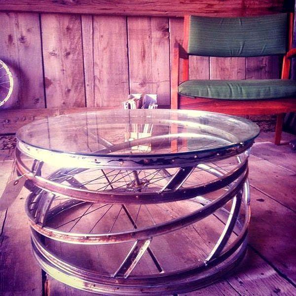 столик из велосипедных колес