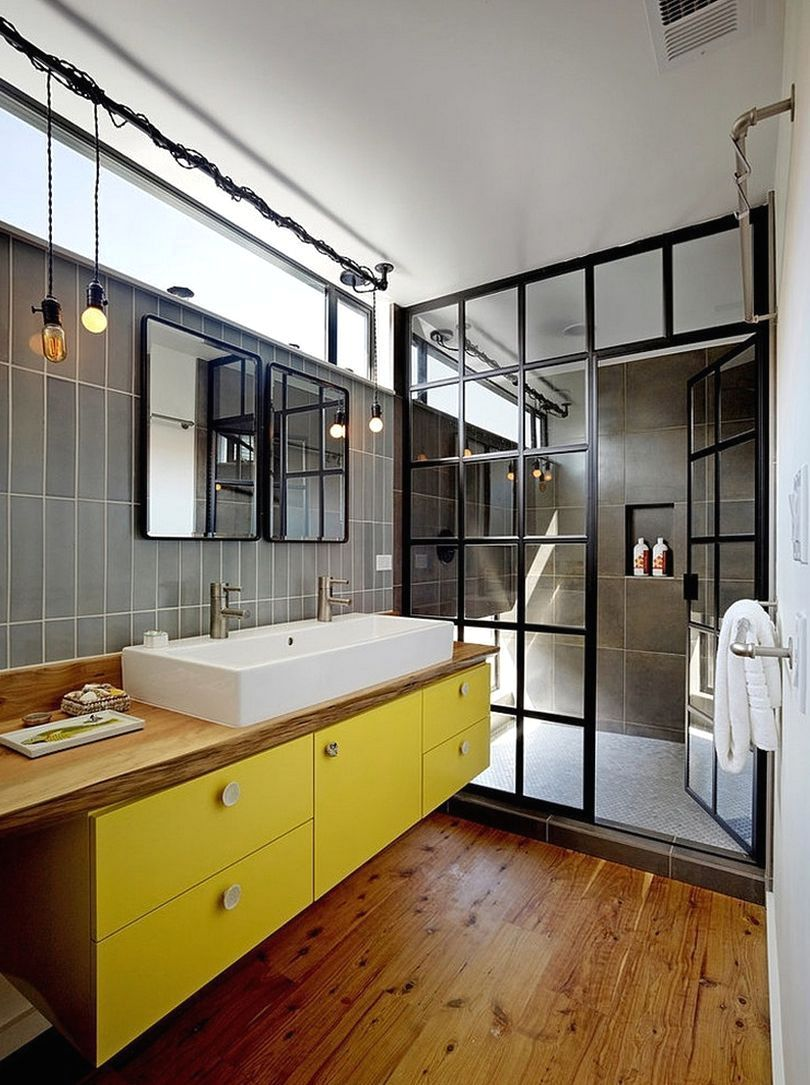 ванная в индустриальном стиле с желтой мебелью