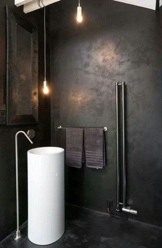 черная ванная в индустриальном стиле с белыми аксессуарами