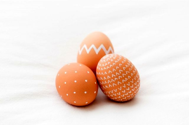 роспись пасхальных яиц маркером белого цвета