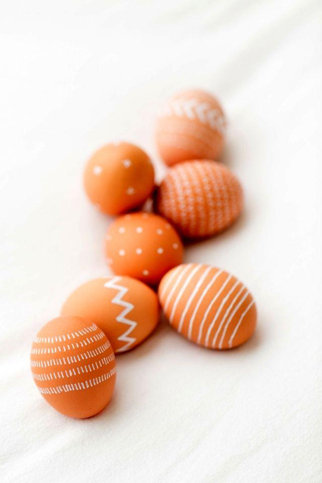 роспись коричневых пасхальных яиц белым маркером
