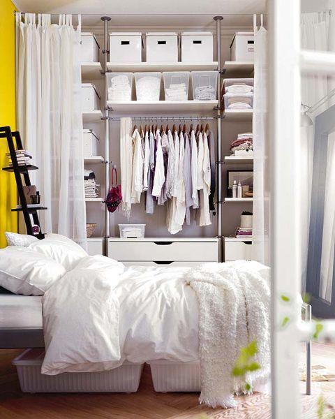 открытая гардеробная в спальне за шторами