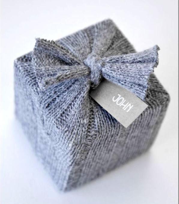 упаковка подарка в шерстяной рукав от свитера