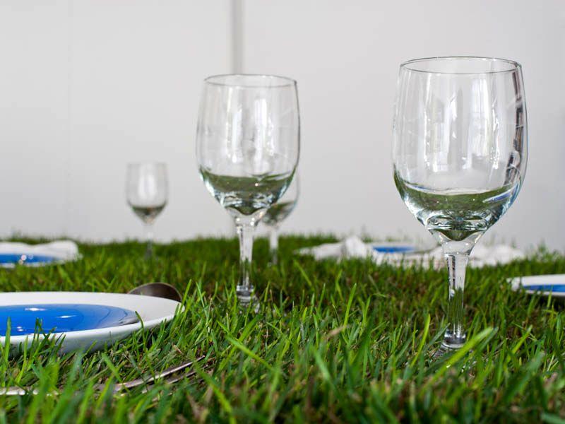 стол с травяным покрытием