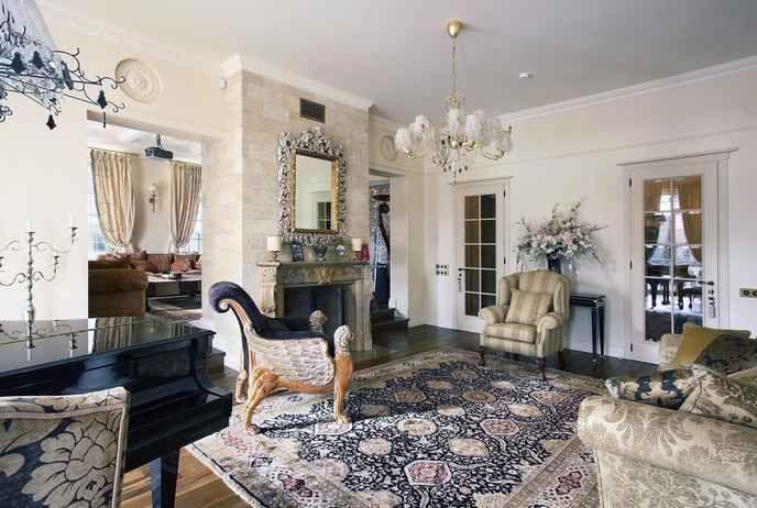 восточные ковры в интерьере классической гостиной