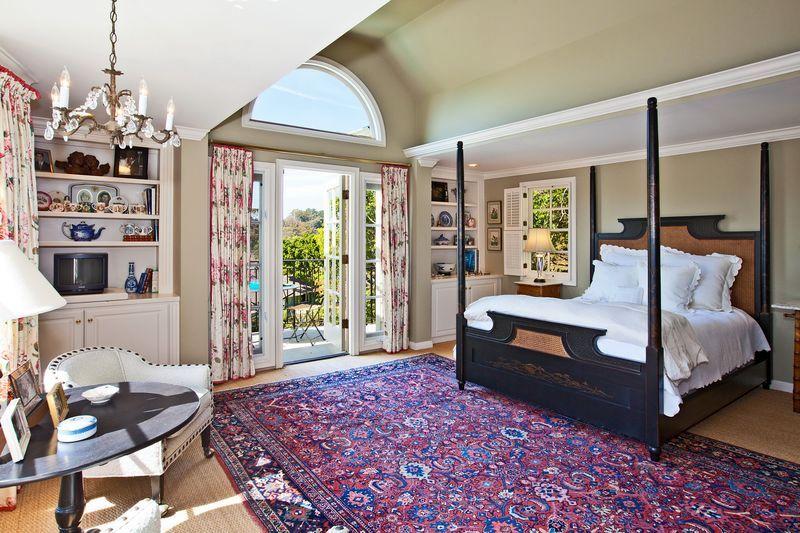восточные ковры в интерьере классической спальни
