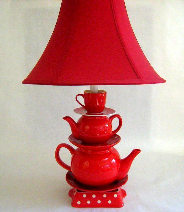 лампа из чайников и чашек