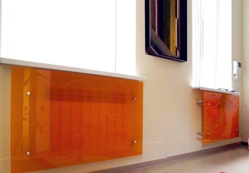 цвеные стеклянные экраны для батарей отопления
