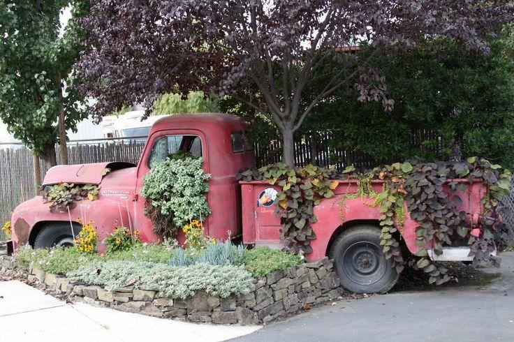 клумба из ржавого грузовичка