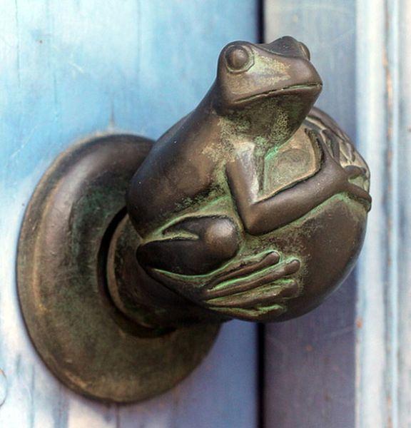 оригинальные дверные ручки в виде жабы
