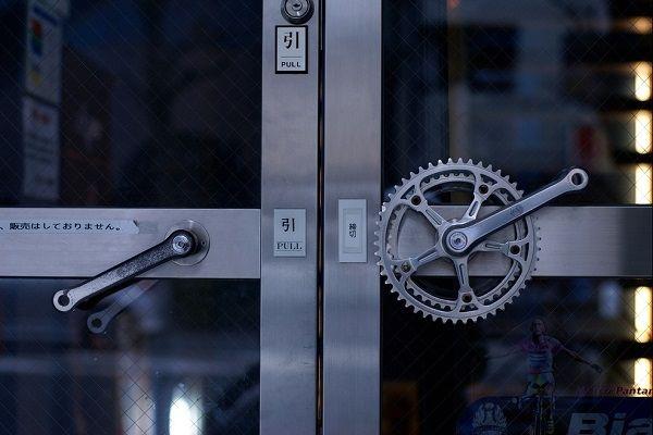 необычные дверные ручки из деталей велосипеда