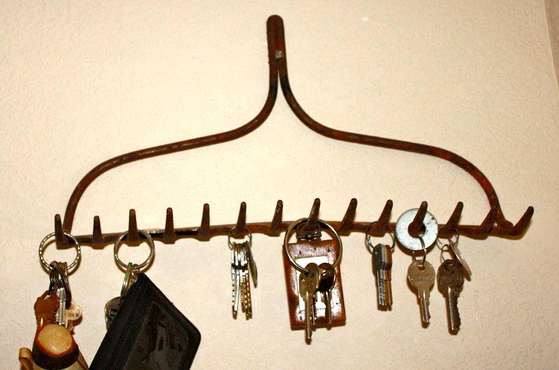 старые грабли - ключница в прихожей