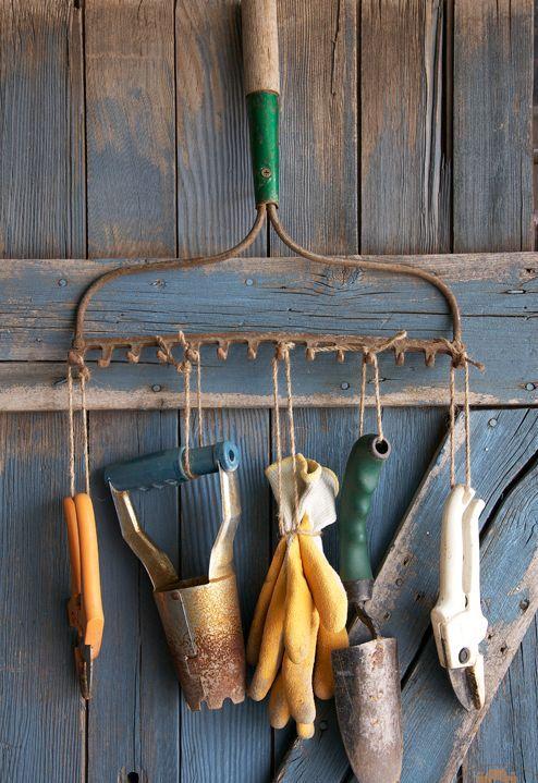 старые грабли - вешалка для садовых инструментов