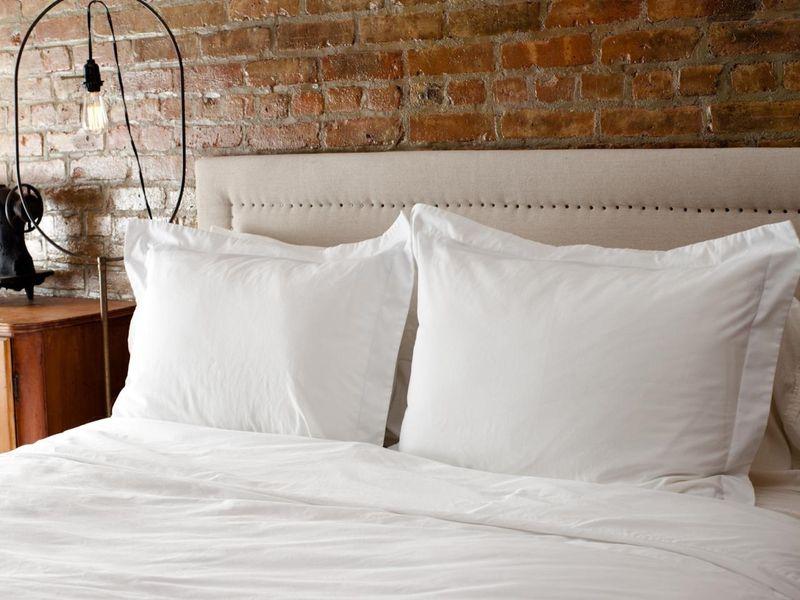 мягкое изголовье кровати с гвоздями