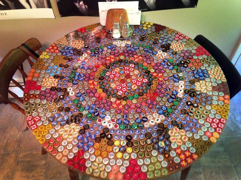 круглый стол поделки из крышек от бутылок