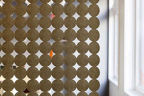 перфорированные шторы из фетровых кружочков