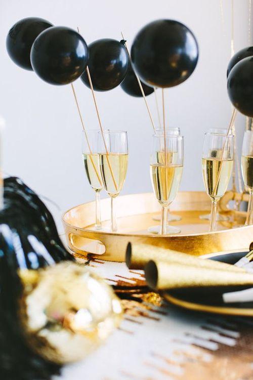 декор праздничного стола воздушными шариками