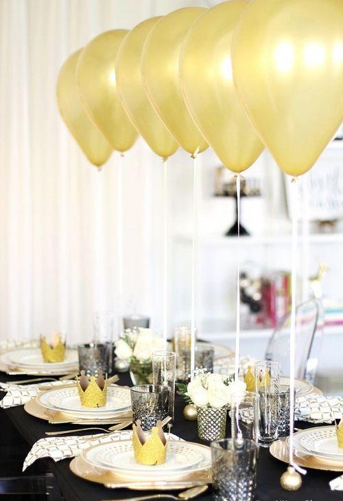 Декор новогоднего стола воздушными шариками