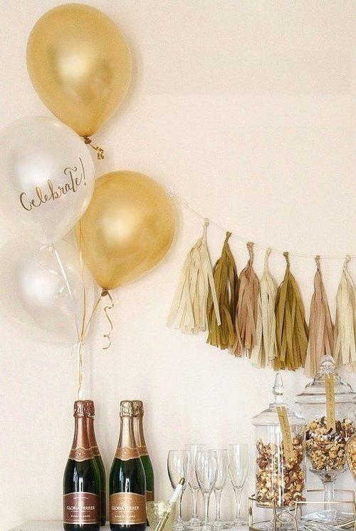 воздушные шарики на бутылке шампанского