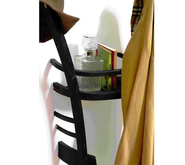 Рассмотреть в обычном предмете его новое предназначение - настоящий талант мастера. Превратить старый деревянный стул в две полки-вешалки для вещей додумается не каждый. Дизайнер Tess Hill из Испании успешно экспериментирует со стульями, создавая необычные, но весьма практичные предметы интерьера. И это отличная идея, которую можно взять за основу для своих проектов. Подробного мастер-класса нет, но нетрудно догадаться, как сделаны эти оригинальные полки из половинок стульев. Главной сложностью будет аккуратно распилить стул на две ровные части. В домашних условиях, используя электропилу, это может быть довольно проблематично - пилка будет вилять вправо-влево. Как вариант, стул можно отвезти в ближайшую деревообрабатывающую фирму, где его распилят с помощью станка. Второй вопрос - как прикрепить половинку стула к стене без видимого крепежа. Ведь вся прелесть таких полок в том, что стул как будто торчит на половину из стены, навеки замурованный в ней. Любые уголки и торчащие саморезы в данном случае будут портить весь внешний вид. Супер клей (жидкие гвозди) может быть использован как вариант, если вы уверены в том, что клей выдержит вес полки со стоящими на ней книгами и висящим пальто. Иначе придётся использовать потайное крепление стула к стене, используя кронштейн и стальные оси (при этом придётся пробить отверстия в стене). Внешний вид стула можно или обновить, или состарить, в зависимости от исходного состояния мебели. Главное требование - полки из стула должны выглядеть эстетично и гармонично вписываться в пространство. Совсем старый, ободранный и поцарапанный стул в любом интерьере будет выглядеть не очень... Желательно древесину почистить, при необходимости снять старую краску, лак, покрыть новым слоем или состарить. Благо, сейчас можно приобрести любые средства для покрытия дерева под любой стиль и дизайн интерьера.