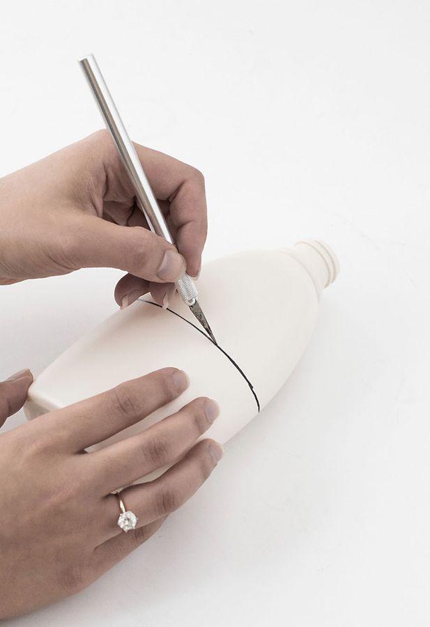 шаг 4 как сделать настенные органайзеры из пластиковых бутылок