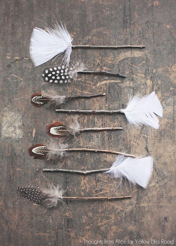 приклеиваем перья на ветки - декоративные стрелы своими руками